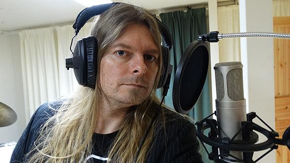 Peter sjunger en de nya låtarna i studion. Foto: Peter Ahlborg