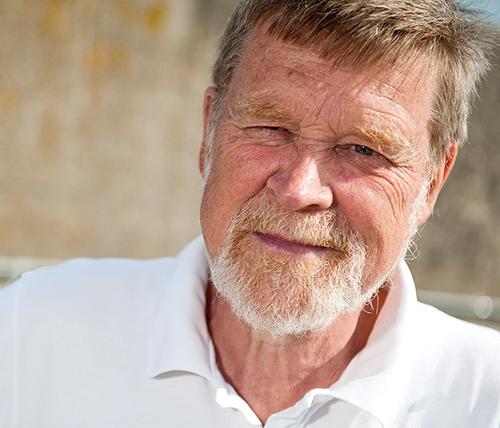 Hans Swärd professor i socialt arbete i Lunds universitet, förklarar med en debatt artikel i Svenska Dagbladet att hemlösheten ökar oroväckande fort.