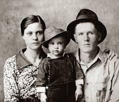 Elvis tillsammans med sin mamma Gladys och sin pappa Vernon 1937.