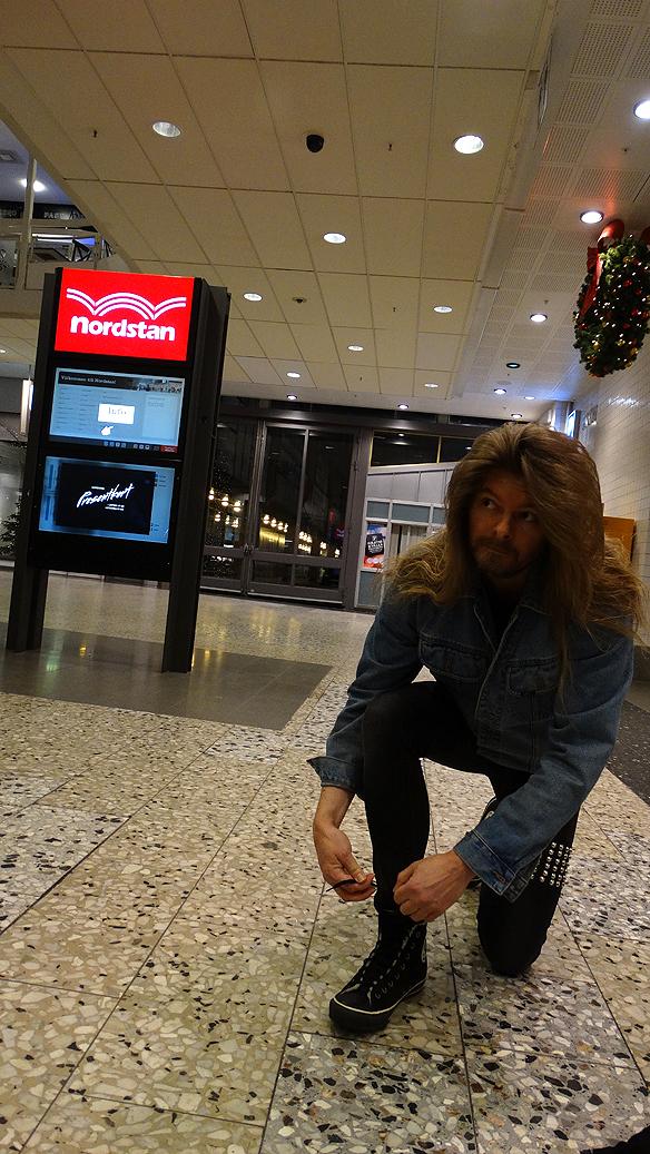 Peter knyter skon innan det är dags att ta lite bilder i Nordstan. Foto:   Charlie Källberg