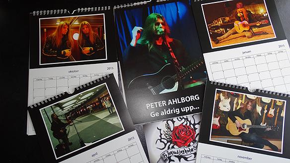 Peter visar upp delar av sin almanacka för 2015 med bilder på honom själv. Det är vännen Carina Ekman som kommit med ett så fint initiativ! Foto: Peter Ahlborg