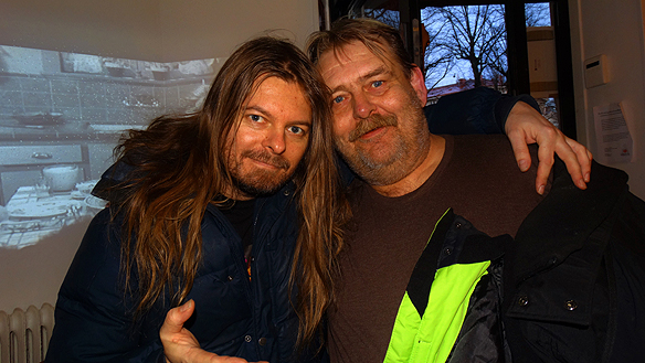 Tidningen Faktum visar en film på nätet om Faktum försäljare Bertil Schöneman. Här syns Peter Ahlborg och Bertil Schöneman tillsammans på Bar Foxx på julafton 2014.