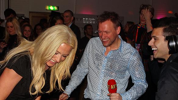 Jessica och Aftonbladets reporter blev blöta efter att Eric Saade hade sprutat champagne på dem. Foto: Peter Ahlborg