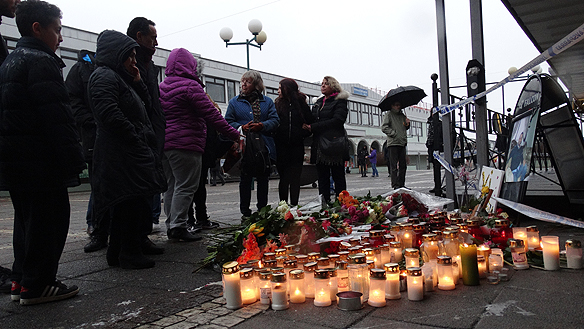 Många människor visar sin sorg för de två mördade männen med rosor och ljus. Foto: Peter Ahlborg