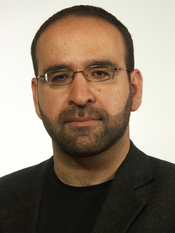 Mehmet Kaplan, bostadsminister försöker lösa bostadsbristen med modulbostäder. Får bode lovord och kritik för förslaget. Foto: Rikstagens hemsida.