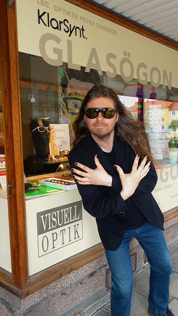 """Peter Ahlborg utanför Peter Hanssons butik, """"Visuell Optik"""" på Weiselgrensplatsen i Göteborg. Sammanlagt fick Peter sju par solglasögon av ägaren. Foto: Peter Hansson"""