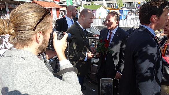 Statsministerna Stefan Löfven har myckat att prata om med media för att få ut sitt budskap. Här tillsammans med Expressens chefredaktör Thomas Mattsson. Foto: Peter  Ahlborg