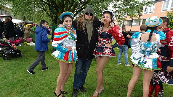 Peter Ahlborg besöker Hammarkullekarnevalen denna kalla dag 2015, när karnevalen firade 40-års jubileum. Här syns Peter med två dansare som trotsa det kalla vädret. Foto: Charlie Källberg