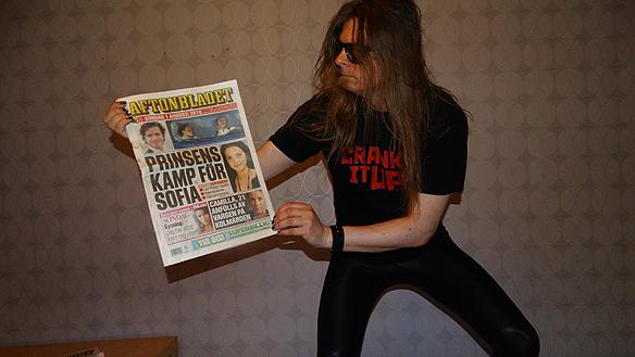 """Peter Ahlborg visar upp Aftonbladets första sida den 1 augusti 2010, när det blivit känt att prins Carl Philip förklara att: """"'Sofia Hellqvist är min tjej"""". I samma tidning gjordes det ett stort reportage om Peter Ahlborgs liv som hemlös när han bodde på vandrarhem. Foto Peter Ahlborg"""