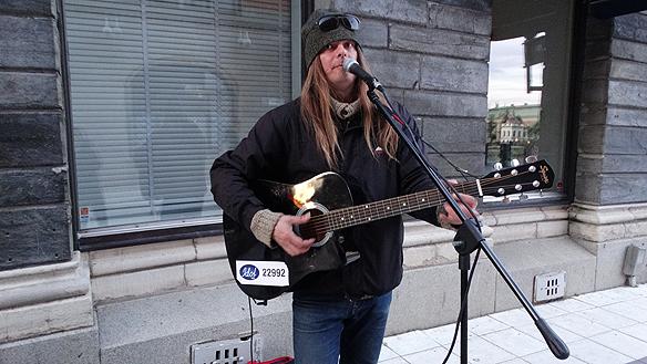 """Peter spelar på Drottninggatan i Stocholm under sin premiär på sin gatuturné runt Sverige. """"Trots att jag kände mig lite ringrostig så gillade de förbi passerande vad de hörde, säger Peter Ahlborg"""""""