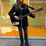Peter spelar på gatan under Gothia Cup