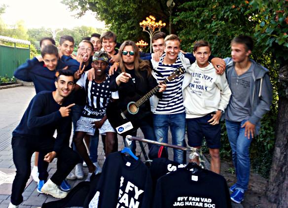 Peter Ahlborg träffar på ett gäng ungdomar som medverkar på Gothia Cup 2015. De gillar hans låtar när Peter uppträddde med dem på gatan utanför Liseberg. Foto:  Charlie Källberg