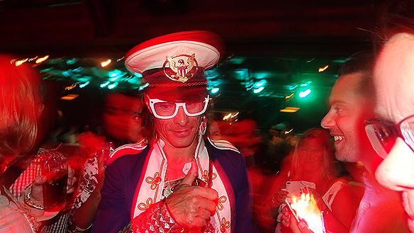 Peter Siepen populär DJ som bjuder på sig själv och träffar sin publik när han skapar partystämmning tillsammans med dem. Foto: Peter Ahlborg