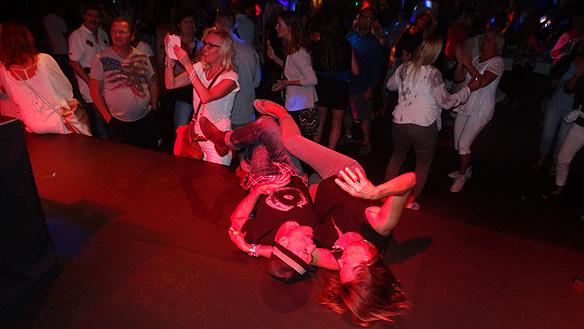 Man kan se mycket intressant på ett dansgolv. Detta par roade sig med att ligga på scenen och lyssna på musik. Foto: Peter Ahlborg