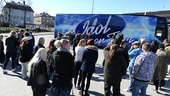 Många förväntansfulla Idol-deltagare i det soliga vädret i Åmål den 20 april 2015. Foto: Peter Ahlborg