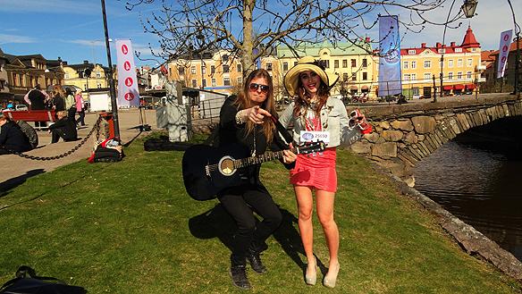 Peter Ahlborg träffar en annan färgstarg Idol-deltagare i Åmål Anna Bäckman.