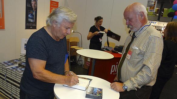 Jan Guillou träffar många entusiastiska läsare under bokmässan. Foto: Peter Ahlborg