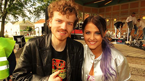 Min vän Charlie Källberg träffar Molly Sandén. Foto: Peter Ahlborg