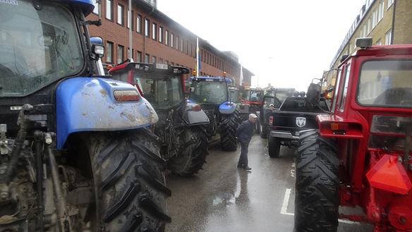 Ett trettiotal traktorer spärrade av Sundsgatan i Vänersborg under dagen när bönder, elever och lärare visade sitt stöd för att behålla lantbruksskolorna. Foto: Peter Ahllborg