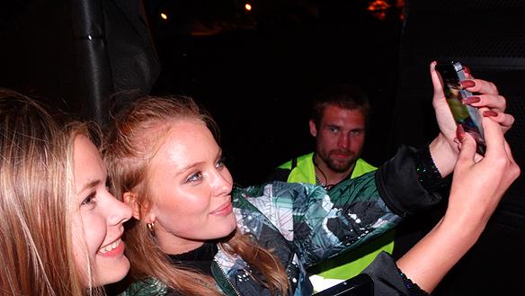 Zara Larsson tog sig tid och träffade sina fans efterkonserten. Det blev många bilder tillsammans med lyckliga fans. Foto: Peter Ahlborg