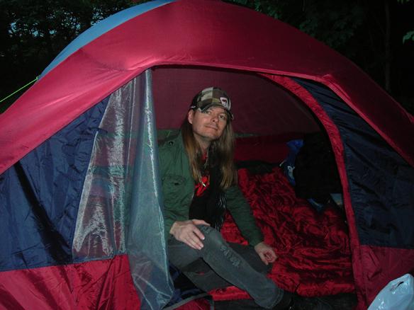 Peter Ahlborg bor i tält i augusti 2008. Peter tror i sin enfald att bostadssituationen ska lösa sig inom några månader. Men det skulle ta hela sju år innan Peter fick en egen lägenhet som han kunde bo i permanent. Foto: Josefine Ahlborg
