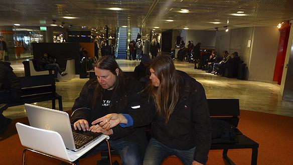 Datorn går varm och är med överallt. Här sitter jag Peter Ahlborg och min vän Hasse Sukis på Kulturhuset i Stockholm och väljer ut bilder till bloggen www.fyfanvadjaghatarsoc.se Foto: Peter Lindahl