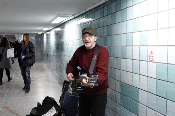 Peter Lindahl spelar sina låtar i tunnelbanan medan Peter Ahlborg står lite längre bort och kränger sina skivor. Foto: Hasse Sukis.