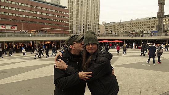 """Peter Ahlborg och hans barndomsvän Peter Lindahl träffas för första gången på 26 år. """"Ett stort möte i mitt liv att återigen se min kära ungdomsvän efter så många år"""", säger Peter Ahlborg om mötet. De sammanstrålar på Plattan i Stockholm den 10 oktober 2015. Foto: Hasse Sukis"""