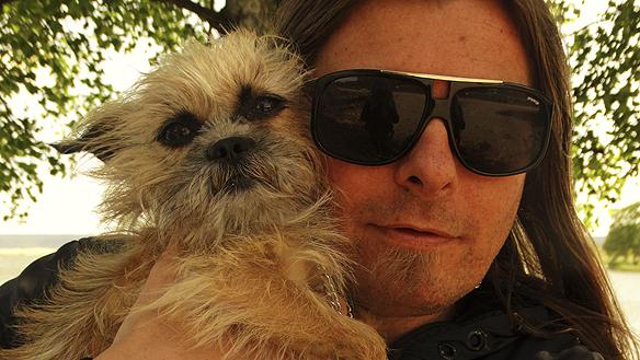 Peter Ahlborg tillsammans med sin älsklings vovve lilla Fia. - Vi har haft enfantastisk vecka tillsammans när jag var hundvakt åt henne. Hela jag smälter av lycka, säger Peter Ahlborg. Foto: Josefine Ahlborg