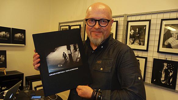 """Den berömda streetfotografen Mats Alfredsson hade boksläpp på Andarve image gallery i Göteborg den 2 november 2015, där han visade bilder och berättade om sin nya bok """"Chicago Streetwalk"""". Foto: Peter Ahlborg"""