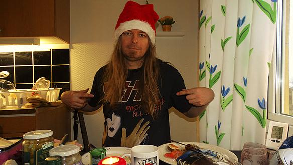 """Så här har du aldrig tidigare hört jullåten """"Jingle Bells"""" framföras. Artisten Peter Ahlborgs egen tolkning av låten när han nynnar låten och använder julmatens burkar som trummor! Jää!"""