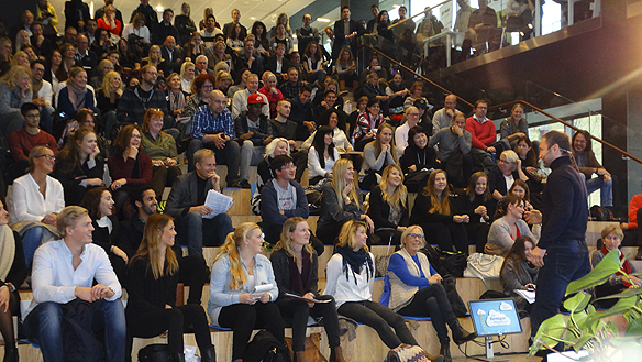 Publiken lyssnar noga när Paulo Roberto ger sina bästa råd för att bli en framgångsrik företagare. Foto Peter Ahlborg