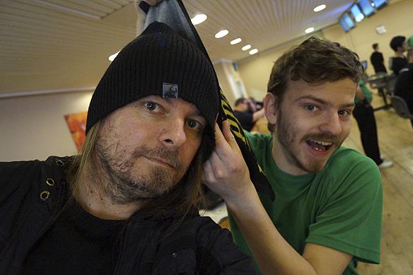 Peter Ahlborg supportar sin vän Charlie Källberg när han spelar bowling. Foto: Peter Ahlborg