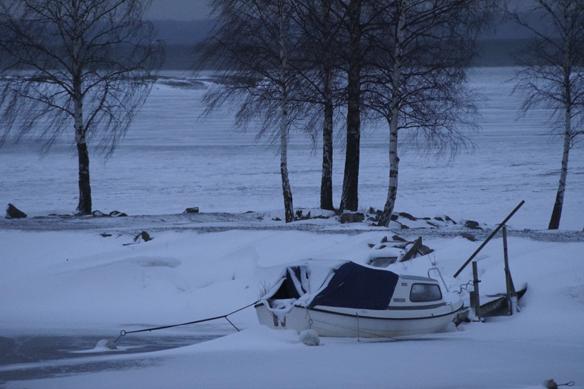 Så kom vintern och snön på allvar till Södra Sverige. Kör försiktigt kära vänner, var än ni befinner er! Båt i Vänern, Vänersborg. Foto: Peter Ahlborg