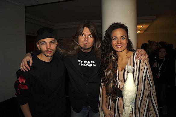 """Mimi Werner och hennes låtskrivare tillsammans på välkomstfesten i går kväll för Melodifestivalen på Elite Plaza. Peter förklarade att han gillar deras låt """"Aint No Good"""". Mimi hade sin kära papegoja med sig under hela kvällen, en fin kopia av en riktig."""