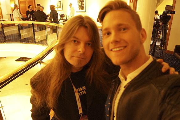 Viktor tar en selfie tillsammans med Peter Ahlborg, eller blev det en groupie? Foto: Viktor