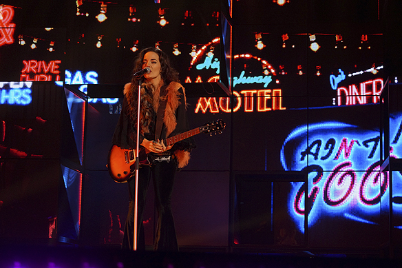 Du är en rockstjärna - gitarr gör du dig bra tillsammans med på bild. men främst älskar jag dig din energi på scen. Foto: Peter Ahlborg