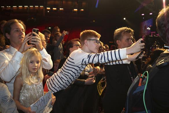 Många glada fans ville träffa sin idoler efter att artisternas vistades i greenroom i Scandinavium efter Melodifestivalen första deltävling i Göteborg den 6 februari 2016. Foto: Peter Ahlborg