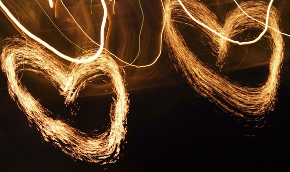 """Peter Ahlborg fotografiska konstverk i form av två hjärtan som han har han skrivit en dikt till. Dikten heter: """"Jag vill dra mina fingrar genom ditt långa vackra hår"""". Bilden är tagen den 23 maj i Vänersborg. Foto: Peter Ahlborg"""