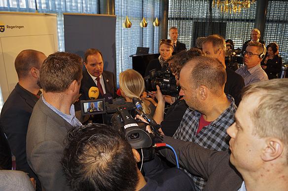 """Pressuppbådet var som vanligt stort när statsministern håller en pressträff. Statsministern vill återinföra beredskapsjobb för dem som har svårast att få jobb: """"Moderna beredskapsjobb i staten"""", presenteras under pressträffen i Göteborg. Foto: Peter Ahlborg"""