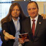 Peter Ahlborg ger sin CD till Stefan Löfven vid intervju