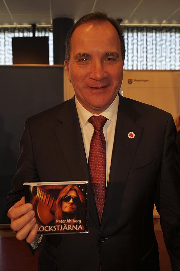 """Stadsminister Stefan Löfven får Peter Ahlborgs CD, """"Rockstjärna"""" - under mötet i Göteborg på pressträffen 1 maj 2016. Foto: Peter Ahlborg"""