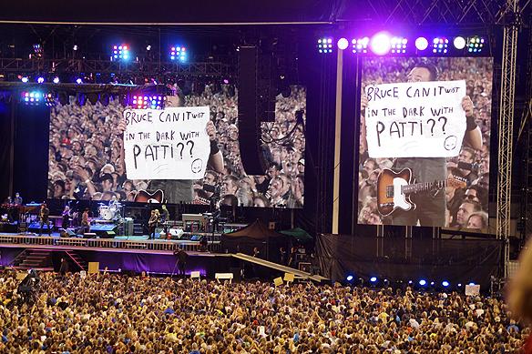Publiken ger Bruce Springsteen meddelande under konserten. Foto: Peter Ahlborg