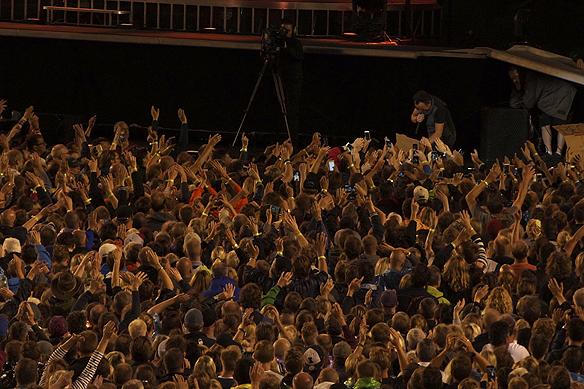 Bruce Springsteen visar sin kärlek för publiken, här blir det närkontakt med fansen när han träffar dem nere vid kravallstaketet på Ullevi. Foto: Peter Ahlborg