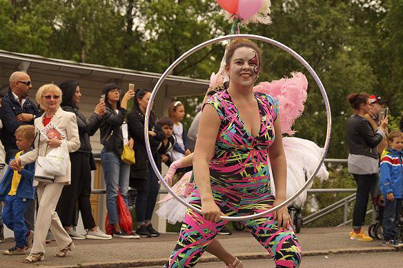Snurra och snurra runt med rockringen - och ännu mer dans. Denna vackra och energiska kvinna dansar under 2 timmar under karnevalståget i Hammarkullekarnevalen. Foto: Peter Ahlborg