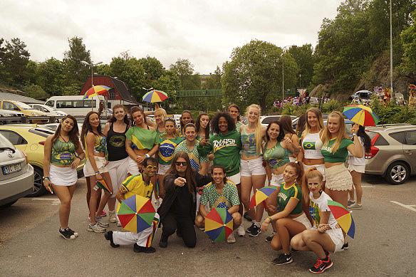 Peter Ahlborg tillsammans med dans gruppen Brazil Legal under Hammarkullekarnevalen 2016.