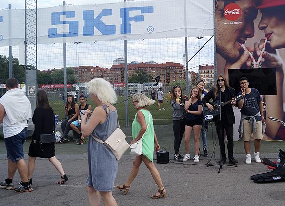Peter Ahlborg spelar inför 1 000 tals människor som passerar honom på Heden när de är på väg till Bruce Springsteens konsert. Foto: Privat