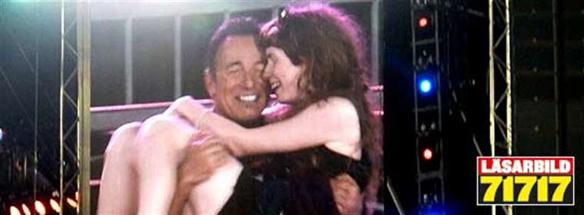 """Emelie Eklund blir uppburen av sin idol Bossen på scenen i Ullevi inför 67 000 människor 2012. Hon får en dans och en kyss i pannan av Bruce Springsteen och ger en kyss tillbaka på munnen till sin stora idol. """"Efteråt ville aldrig tårarna ta slut efter all glädje som jag fick uppleva"""", säger Emelie Eklund. Foto: Expressen"""