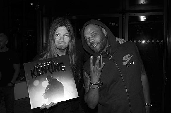 """Ken Ring ger Peter Ahlborg en unik skiva när de träffas efter Lotta på Liseberg. """"Jag känner mig hedrad och glad över att träffa på en så ödmjuk och givmild artist"""", säger Peter Ahlborg. Foto: Charlie Källberg"""