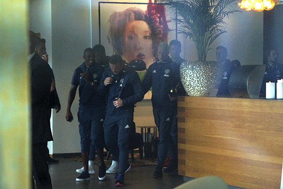 Delar av Manchester United på väg ut från hotellet till den väntande bussen. Foto: Peter Ahlborg
